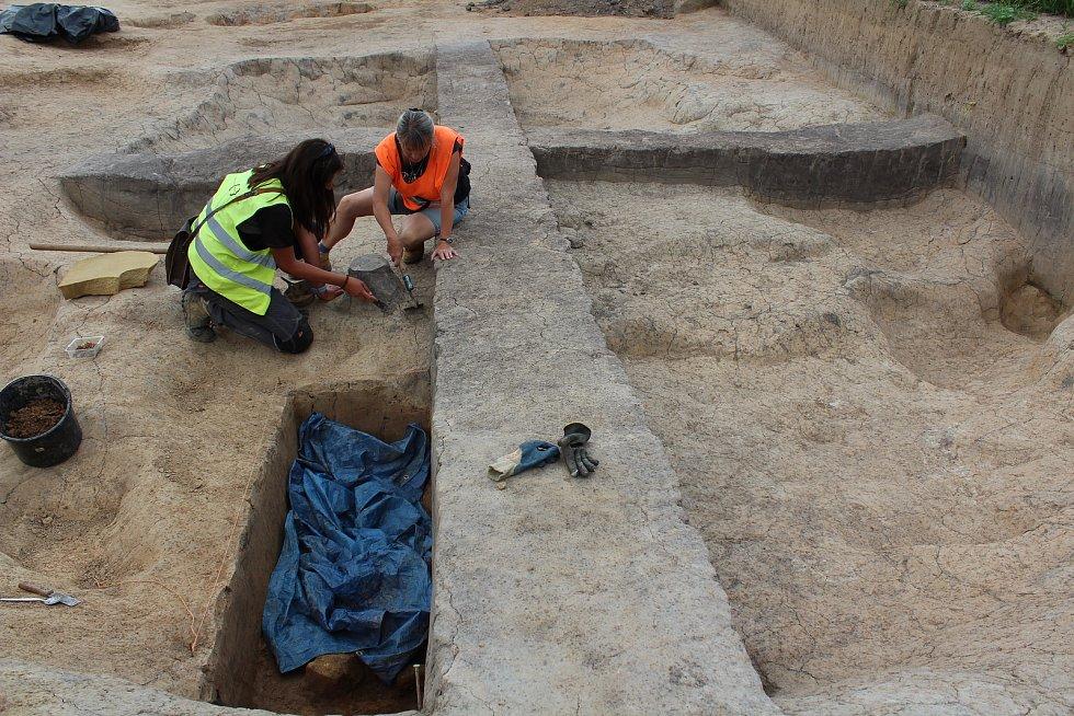 Trasu, kudy povede obchvat, prozkoumávají archeologové. Michaela Martinková a Martina Beková.