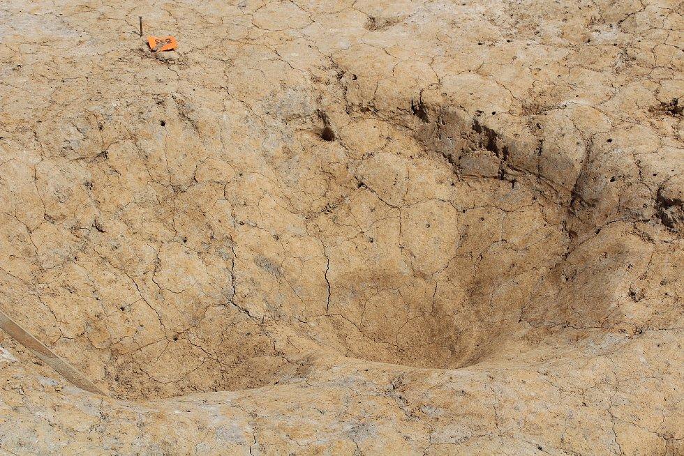 Trasu, kudy povede obchvat, prozkoumávají archeologové. Pozůstatek obětiště.