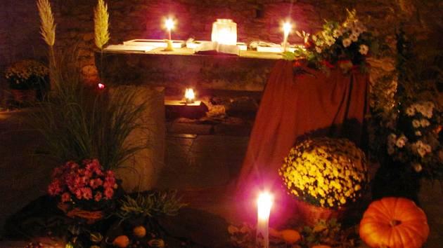 OSVÍCENÝ INTERIÉR PŮSOBIL velmi magicky. Spousta svíček a luceren  interiér kostela sv. Jana Nepomuckého na Vrchní orlici rozzářila. Na zajímavou scenérii se jezdili dívat lidé z okolí. Nechyběla tu ani podzimní výzdoba.