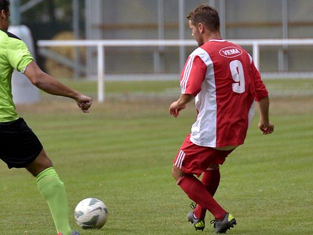 Lukáš Slezák v červeném dresu - jedním z nejlepších hráčů na hřišti v okresním derby Týniště – Dobruška (2:2).