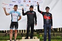 Stupně vítězů kategorie muži Elite (zleva): druhý Splítek, vítězný Kaněra a třetí Kubelka.