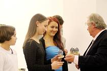 Trio doberských stolních tenistek (zleva) Vendula Šichanová, Lucie Bačinová a Diana Grimmerová přebírá ocenění z rukou Jiřího Machuly, člena Výkonného výboru KHKSST.