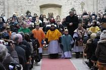 TŘI KRÁLOVÉ DOSTALI  v sobotu ráno v kostele Nanebevzetí Panny Marie v Neratově požehnání. Tříkrálový koncert se opravdu vydařil.