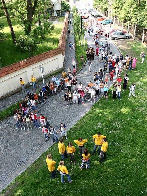 Děti vytvořily hada, který se doplazil až k zámecké zvonici a rozezněl zvon Kryštof.