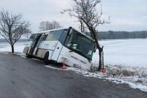 CESTUJÍCÍ v autobuse zažili šok, když se vůz převrátil na bok. Jedna osoba se při nehodě zranila. Řidič nebyl pod vlivem.