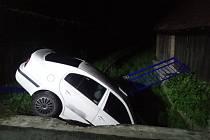 Auto strhlo na mostku zábradlí a sjelo do potoka.