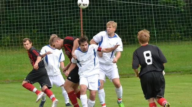 Celkem deset gólů padlo v nedělním okresním derby Černíkovice – Opočno. Z vysokého vítězství 7:3 se radovali hostující fotbalisté (bílé dresy).