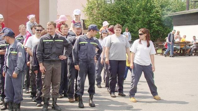 Na hasičských soutěžích oba sbory mezi sebou závodí jako o život. Na fotografii zrovna jednotlivá družstva čekají netrpělivě na výsledky , teprve se uvidí, kdo propukne v jásot.