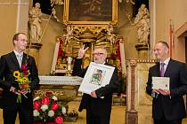 Dojatý i šťastný. Ocenění převzal Ivo Kašpar (uprostřed) během prvního večera třetího ročníku Mezinárodního hudebního festivalu F. L. Věka, který se konal poslední zářijovou neděli.