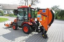Častolovice získaly díky dotaci v rámci MAS Nad Orlicí techniku na úpravu veřejných ploch, bylo to přídavné zařízení k traktoru.