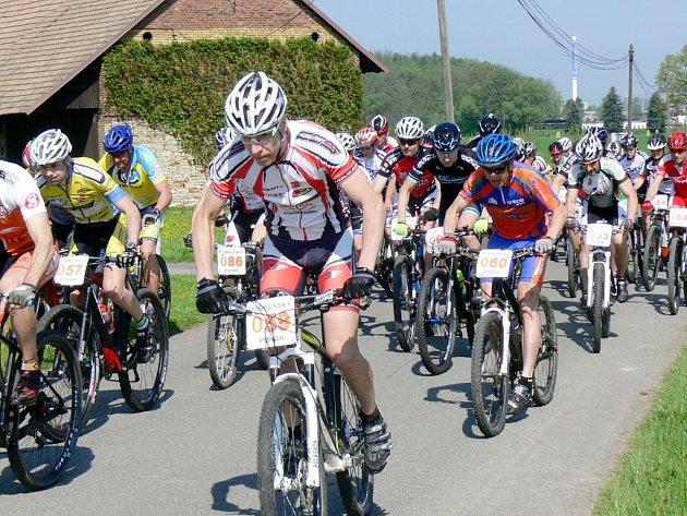 Na start mělčanského závodu horských kol se postavilo jednašedesát bikerů.