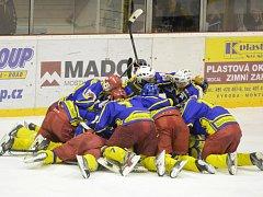Okresní derby nabídlo dramatický průběh s vítěznou tečkou a radostí semechnických hokejistů.