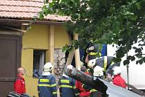 BYLA TO VTEŘINA, kdy se kamion bočně střetl s dodávkou a celou přední částí najel do rodinného domu.  V něm naštěstí nikdo nebyl, ale v kamionu zůstala zaklíněna celá rodina. Nehoda se stala ve čtvrtek ve 13.37 hodin, ale práce hasičů a záchranářů skončil