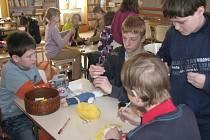 Žáci pátého ročníku se do výroby panenek pustili s nadšením, i když to nebylo úplně snadné