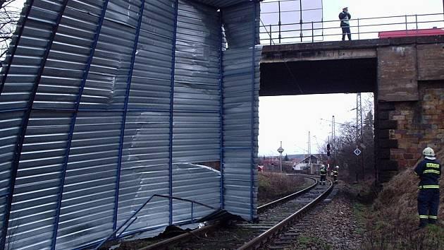 Pád části střechy na vlakové troleje v Týništi nad Orlicí.