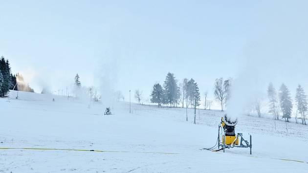 Zasněžování v Deštném v Orlických horách se rozjelo na plné obrátky. Sníh pokrývá modrou a červenou sjezdovkou.