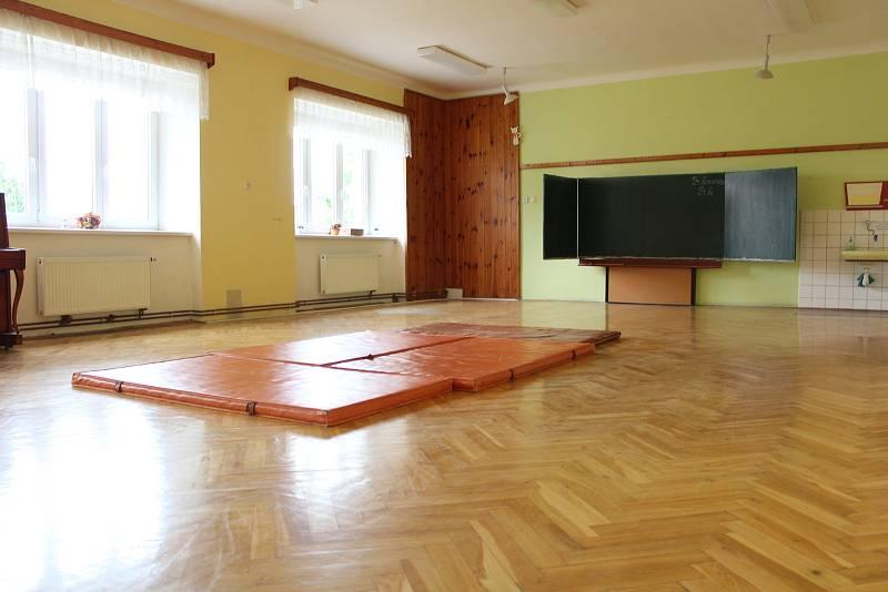 Stará škola. Nyní sem žáci ještě docházejí na hodiny tělocviku.