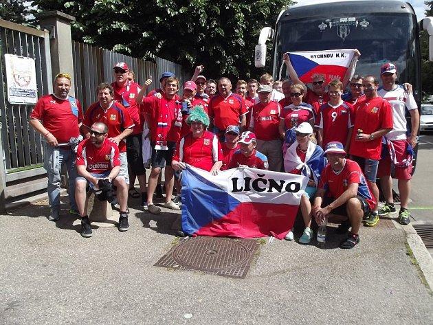 SKUPINA FANOUŠKŮ, fotbalistů a kamarádů z Rychnova, Lična, Borohrádku a Týniště nad Orlicí se vydala na zápas České republiky.