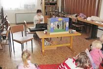 V knihovně v Častolovicích se čtení pro děti koná každý únorový čtvrtek. Nově se do něj pokoušejí zapojit i loutky