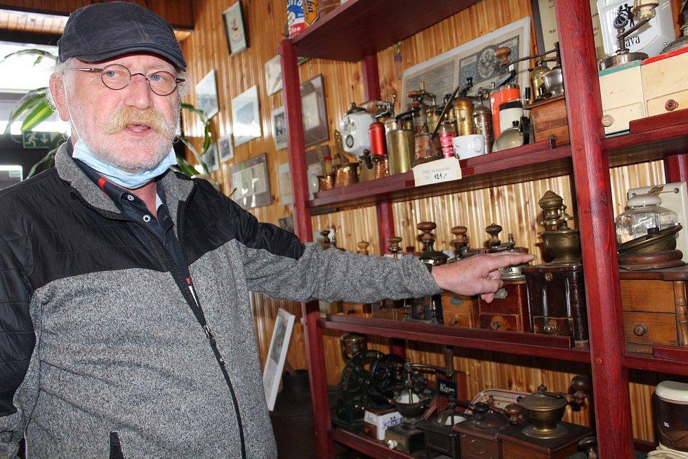 Navštívit Frolíkovu pražírnu kávy v Borohrádku je zážitek. Tento mlýnek byl první, ukazuje Petr Frolík.