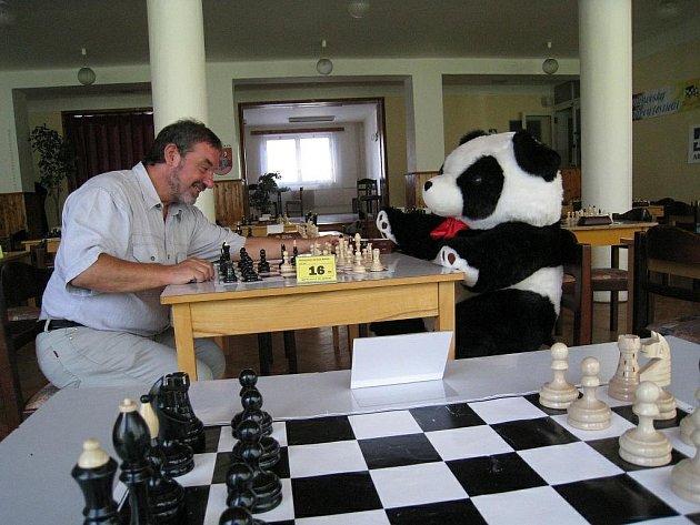 První partii 11. Rychnovského šachového festivalu rozehrál ředitel turnaje Jiří Daniel a rychnovská panda.