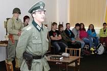 Členové klubu vojenské historie z Dobrušky vzdělávali první dva ročníky maturitních tříd kostelecké střední školy.