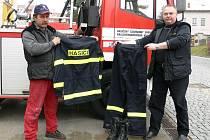 Dobrovolní hasiči obcí získali nové ochranné oděvy a boty.