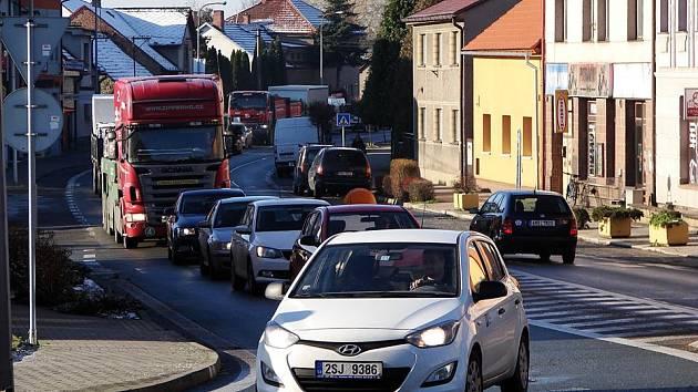 Kamion zablokoval častolovický kruhový objezd.