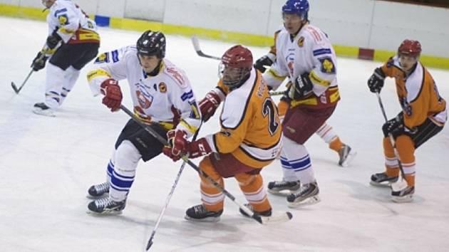 Dvanáct gólů okořenilo duel tradičních rivalů, v němž hokejisté Častolovic (bílé dresy) v čele s výborným gólmanem Pavlem Brandejsem potvrdili roli favorita a porazili kostelecké Lvy 9:3.