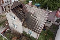 Škody po hořícím domě v Kostelci