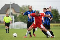 VEDOUCÍ TÝM nejvyšší okresní fotbalové soutěže SK Solnice (pruhované dresy) zahájí jarní sezonu na domácím trávníku, když v sobotním utkání přivítá devátou Kosteleckou Lhotu.
