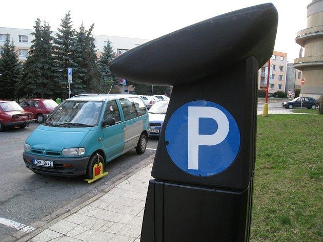 Kontroly placení parkovného v Rychnově nad Kněžnou jsou již každodenní rutinou zdejší Městské policie. Proto výjimkou nejsou ani botičky na automobilech neukázněných řidičů.