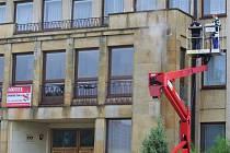 Bývalá univerzita v Dobrušce prokoukne, po více než 60 letech ji čistí.
