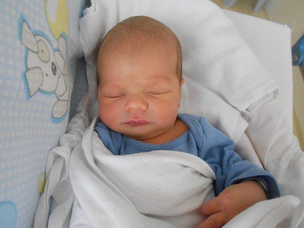 DOMINIK HYLÁK se narodil 26. května ve 12.19 hodin. Měřil 51 cm a vážil 3180 g. Potěšil své rodiče Veroniku Hejdukovou a Kamila Hyláka z Častolovic. Tatínek byl u porodu velkou oporou.