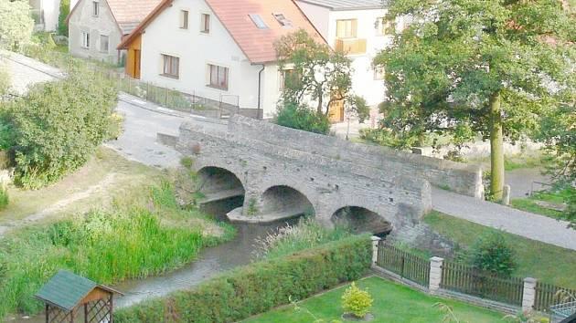 Kulturní památka, most přes Zlatý potok v Opočně, který spojuje lokalitu Švamberk s Podkostelím, se dočká opravy.