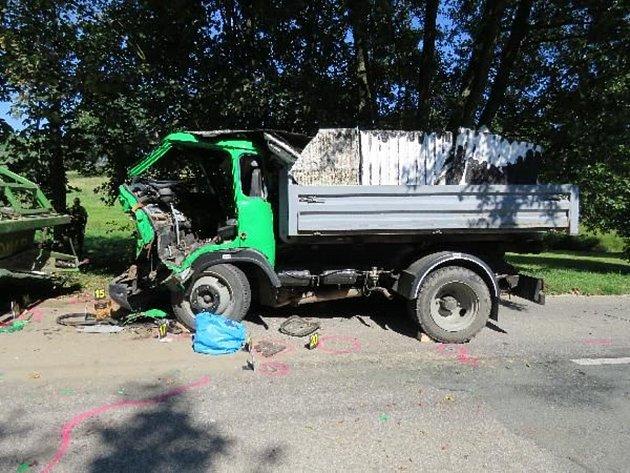 Řidič avie nedobrzdil a do stojícího návěsu traktoru zezadu narazil. Třiapadesátiletý řidič a jeho dva spolujezdci z avie utrpěli těžká zranění.
