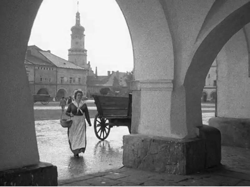Před obchodem Věkových, v pozadí věž novoměstského zámku.
