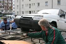 STRÁŽNÍCI městské policie za asistence odtahové služby odstraňují z komunikace automobil, který bránil provozu.