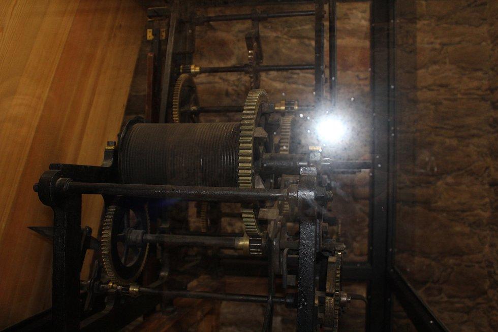 Původní hodinový stroj.