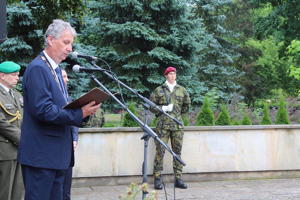 U pomníku Obětem válek v Týništi nad Orlicí. Starosta Libor Koldinský