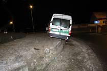 Řidič vozu značky Opel Movano jedoucí od Rybné nad Zdobnicí směrem na Doudleby nad Orlicí při vjezdu na kruhovou křižovatku dostal smyk a havaroval. .