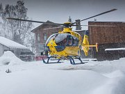 Vrtulník letecké záchranné služby v Deštném v Orlických horách.