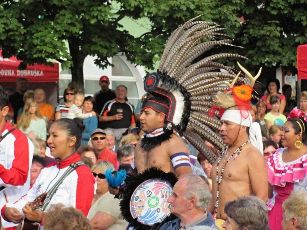 V předpremiéře    se na dobrušském náměstí představily tři taneční soubory reprezentující tři světové kontinenty.