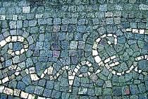 Obrazce inspirované dílem světoznámého malíře Františka Kupky zdobí chodníky zrekonstruovaného opočenského náměstí.