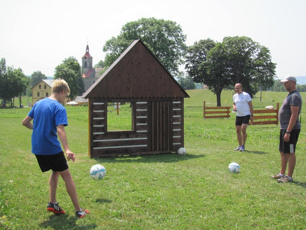 PŘES PŘEKÁŽKY DO JAMKY. Cílem hráče ve fotbalgolfu je stejně jako v golfu jamka (na snímku vlevo). Do ní se snaží trefit fotbalový míč. Po cestě zdolává překážky v podobě kamenů, dřevěných překážek a podobně.