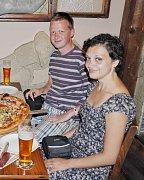 Sportovní klání spolu Milan s Evou sledují občas i v restauraci mezi ostatními. Zábava je u nich na prvním místě.