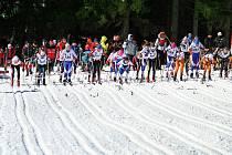 PATNÁCTÝ ROČNÍK Kriteria posledního sněhu přilákal do Deštného v Orlických horách více než dvě stě lyžařů. Na snímku je zachycen hromadný start starších žákyň.