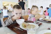 DĚTI SI DNES v jídelnách mohou vybírat i z několika druhů pokrmů. Preferují se kvalitní a zdravé suroviny. Ne všechny jídelny se však takových postupů drží  a najdou se i stížnosti.
