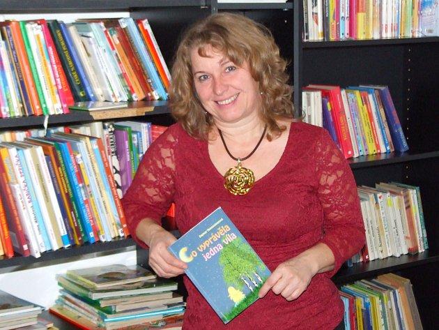 Knihovnice Dagmar Honsnejmanová ve svém království – v knihovně U Mokřinky.