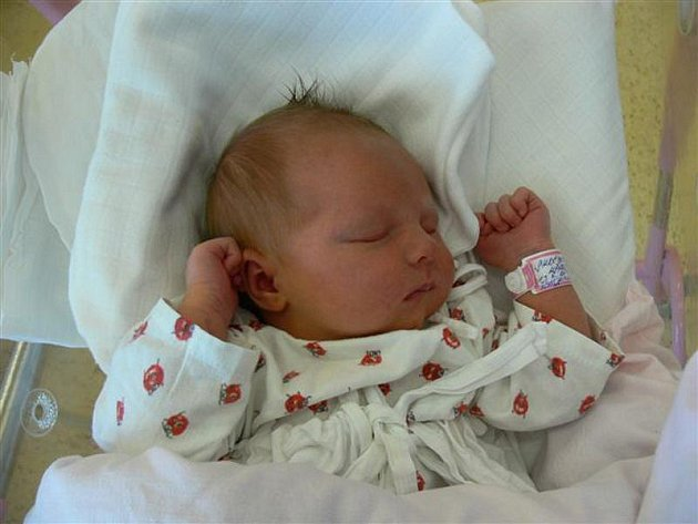 KAROLÍNA: Rodiče Hana a Michal Skočdopolovi z Dobrušky přivedli na svět dceru Karolínku. Narodila se 13. 9.v 5.16  hodin (3,95 kg a 52 cm). Tatínek byl u porodu a zvládl to na jedničku. Doma se na sestřičku těší Natálka.